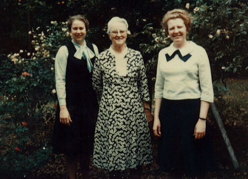 Lindquist, Mabel (center).jpg